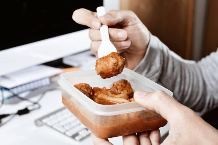 Mientras pasan las horas, algunas reacciones químicas siguen ocurriendo en los alimentos guardados, por los que se desarrollan nuevas moléculas del sabor.
