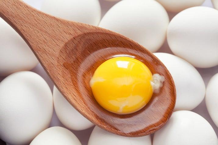No dejes que te engañen, en la parte amarilla están los minerales y las vitaminas que necesitas. Claro, la blanca tiene mucha más proteína, por eso es buena para la dieta, pero si también quieres nutrientes y una vida 100% saludable, la amarilla no es tu enemiga.