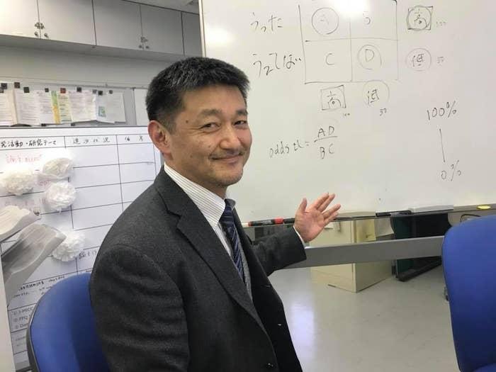 論文について説明する鈴木貞夫さん。