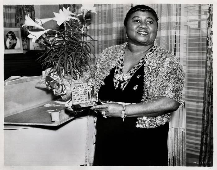 『風と共に去りぬ』に出演し、1940年の第12回アカデミー助演女優賞を獲得したハティ・マクダニエル。写真では獲得した賞を見せつけています。