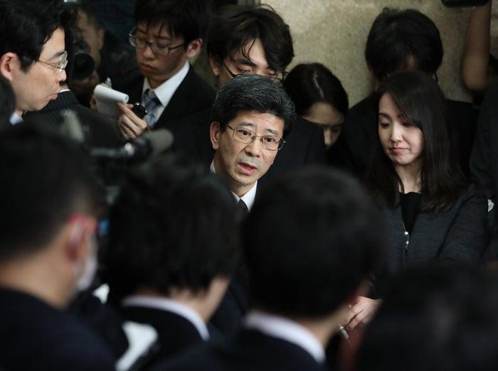 朝日新聞が3月2日に特報してから国会で取りざたされ、財務省による調査が進んでいた、この問題。その報道によると、もともとの決裁文書から「特例」という文言や、交渉経緯が丸ごと削除され、国家議員に開示されていたという。当初は報道の真偽を問う声もあがっていたが、関係者の自殺や、当時理財局長だった佐川宣寿・国税庁長官の辞任が重なり、疑いは深まっていた。