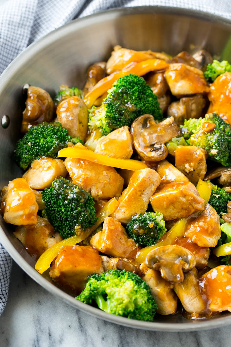 A pan of the stir fry with chicken, mushrooms, and broccoli