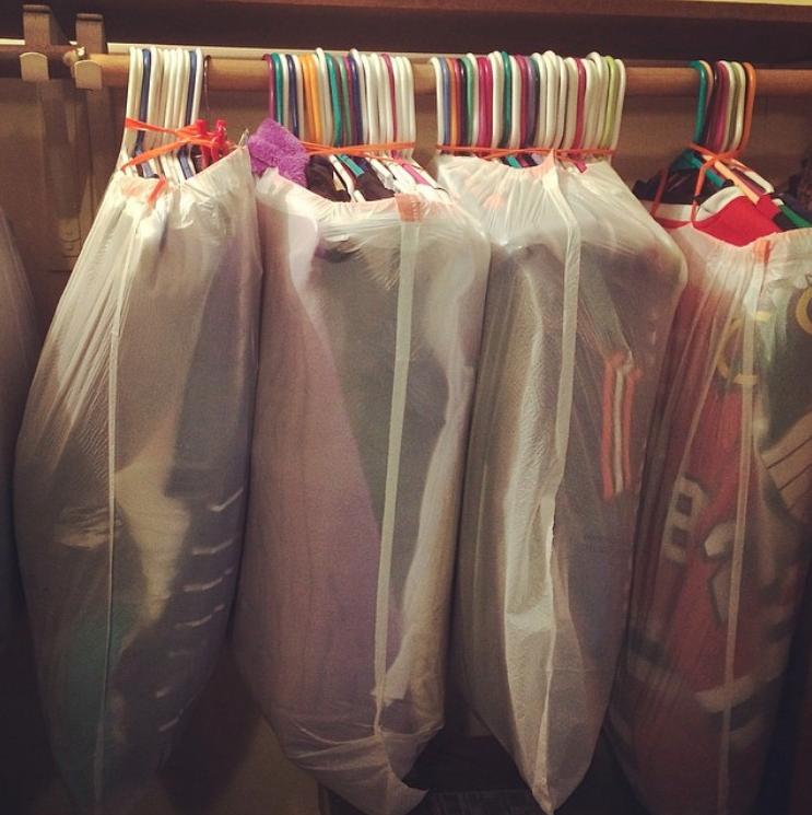 Statt Deine Klamotten Umständlich Abzuhängen Und Einzupacken, Zieh Einfach  Müllbeutel über Alles, Was An Kleiderbügeln Hängt. Das Spart Dir Zeit Und  Mühe!