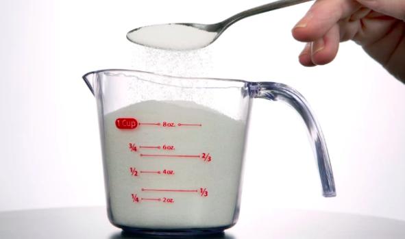 Hay dos tipos de tazas de medición: para líquidos y para ingredientes secos. Las tazas para ingredientes líquidos (como la de la foto) se usan para cosas como aceite, agua y cualquier cosa líquida (lo que incluye cosas pegajosas, como miel o jarabe de maíz), mientras que las tazas para ingredientes secos se usan para todo lo demás. Las tazas de medición para ingredientes secos están diseñadas para que uno las llene hasta el borde, mientras que las tazas para líquidos tienen una línea debajo del borde para no derramar nada. Aunque la diferencia sea pequeña, puede ser muy grande en recetas (en especial, al hornear).