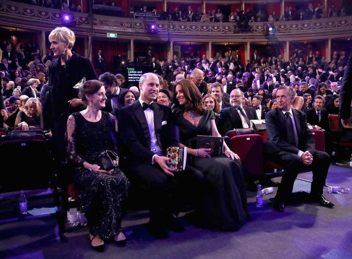 英国アカデミー賞の授賞式に、深緑のドレスで出席したキャサリン妃(中央)