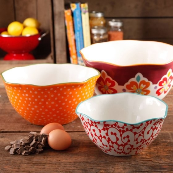 Present the delish food you've ~pioneered~ in this scalloped serving bowl set, because every good cook knows presentation is just as important as the chefing.