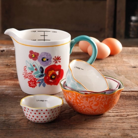 Measure out ingredients with an adorable yet useful five-piece measuring set from The Pioneer Woman collection.