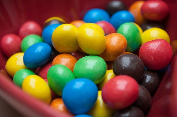 Su venta está prohibida luego de una batalla legal contra otra marca de chocolates suecos que ofrece un producto muy similar, tanto en estética como en sabor, llamado M by Mondelez.