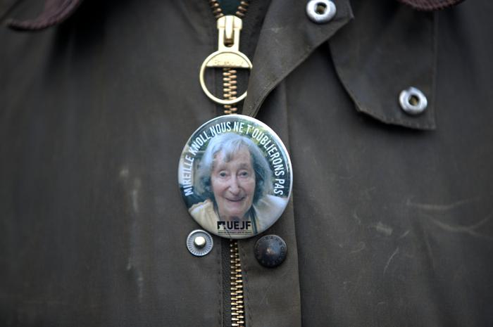 Un badge à l'effigie de Mireille Knoll. L'octogénaire, survivante de l'Occupation et de la rafle du Vel' d'Hiv, a été tuée dans son appartement parisien le 23 mars.