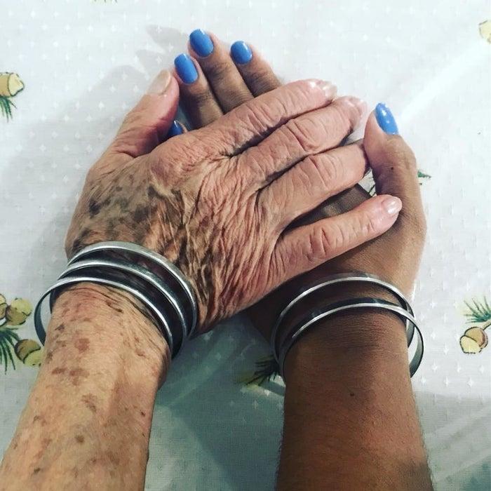 """""""Meu avô fez essas pulseiras pra minha vó há muitos anos atrás. Ela não tira do pulso por nada nesse mundo. É engraçado que parece um sininho anunciando quando ela tá chegando perto.Nesse Natal, ela me deu essas duas, nem imaginava que elas existiam. Fiquei muito feliz e honrada. Minha vó é dona de um centro espírita de umbanda e além de ser """"mãe"""" de muita gente, é minha mentora, meu espelho e minha vó querida."""" — Vanessa Vieira"""