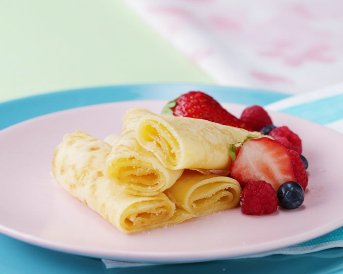 3人分、約15枚分材料:■生地牛乳 600ml薄力粉 250g溶かしバター 20g塩 小さじ1/2卵 3個■トッピンググラニュー糖 適量スライスチーズ 適量リンゴンベリージャム 適量作り方1. パンケーキを作る。ボウルに薄力粉と塩を入れて混ぜたら、牛乳を半量加えて混ぜる。2. なめらかになったら残りの牛乳、卵、溶かしバターを入れてよく混ぜ、ラップをかけて冷蔵庫に入れ、30分程休ませる。3. フライパンにバター(分量外)を熱し、(2)をお玉1杯分流し入れて、薄く広げて焼く。生地の表面が乾いてきて、ふちが色づいたらうら返す。さっと焼いて皿などに取り出したら、完成!好みのトッピングを添えていただく。