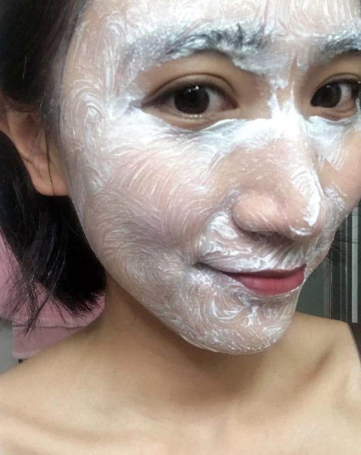 La piel necesita tiempo para respirar y cuando estás durmiendo, tu cuerpo se restaura más. Dormir con maquillaje no solo es desagradable, sino que causa brotes, envejecimiento prematuro y una cama manchada. Amores, ¡cuiden su piel! —kehudd
