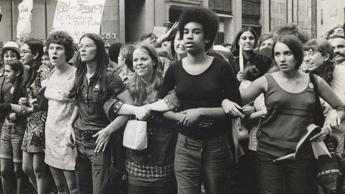 Ce documentaire passionnant retrace les combats des féministes américaines dans les années 1960 et 1970. C'est une bonne manière de s'informer sur les bases du féminisme moderne.Visible sur Netflix.