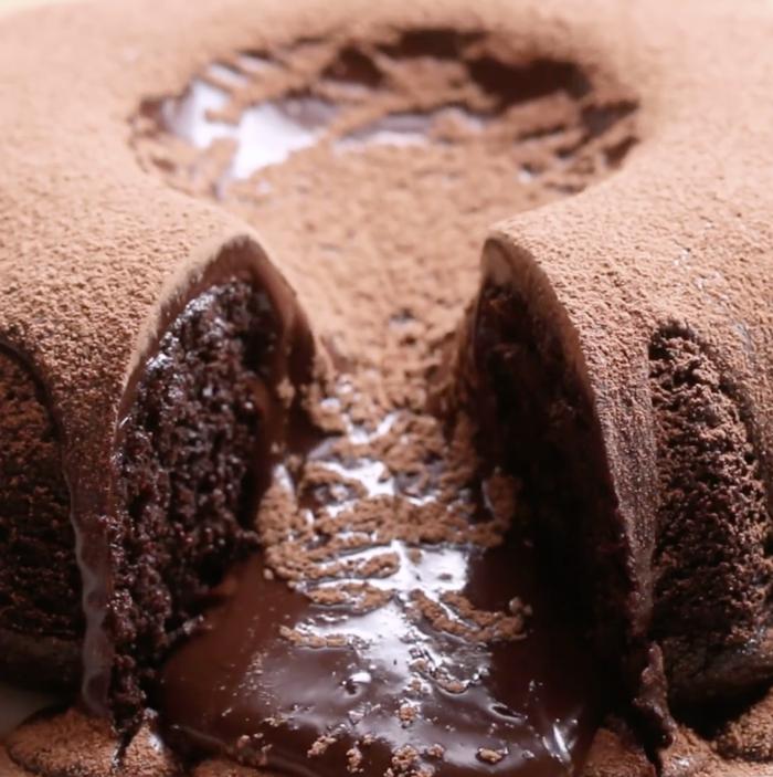 Portionen: 81 Packung Schokoladenkuchen-Backmischung oder nimm dein Lieblingsrezept3 Eier480ml Schlagsahne oder Konditorsahne450 g ZartbitterschokoladeKakaopulver zum Garnieren