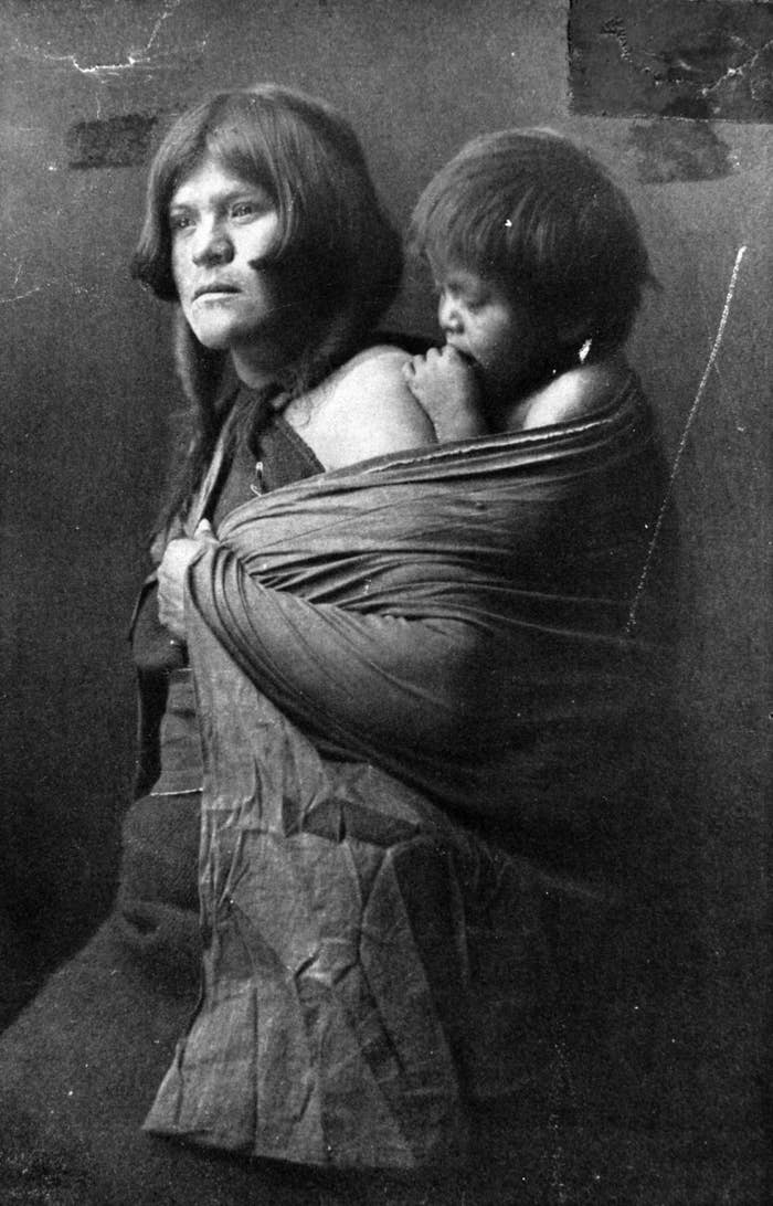 ホピ族の、子供を背負う母親
