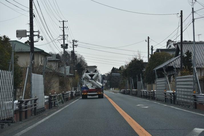 帰還困難区域を通過する国道6号。道沿いの家々にはフェンスが貼られている(2018年2月)