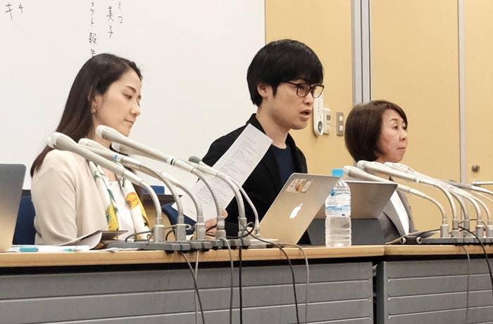 会見で調査結果を発表した「ブラック校則をなくそう!プロジェクト」の荻上チキさん(中央)ら