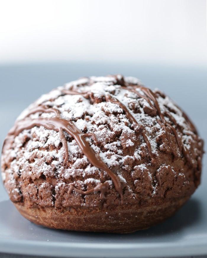 ザクザク食感のクッキーシューに、とろ〜りカスタードをプラスした、大満足間違いなしの一品!オーブンで焼けるいい匂いを楽しめるのも、手作りならでは。ぜひ作ってみてくださいね!