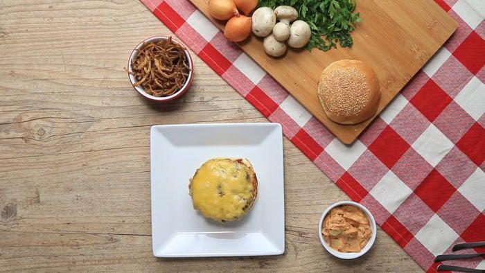 Você vai precisar de: Burguer1kg de carne moídaSal a gostoPimenta a gosto1 colher de chá de óleo16 fatias de queijo prato4 pães de hambúrguer com gergelim2 colheres de sopa de manteiga derretidaCebola palha1 cebola grande fatiada finamente1 colher de chá de sal1 colher de chá de pimenta6 colheres de sopa de farinha de trigoÓleo para fritarMolho de estrogonofe½ xícara de creme de ricota¼ colher de chá de sal¼ colher de chá de pimenta 1 colher de sopa de mostarda1 colher de sopa de cebolinha picada1 colher de chá páprica doce1 colher de sopa de salsa picada2 colheres de sopa extrato de tomate1 xícara de cogumelos fatiados½ xícara de cebola ralada e espremidaSuco de 1 limão