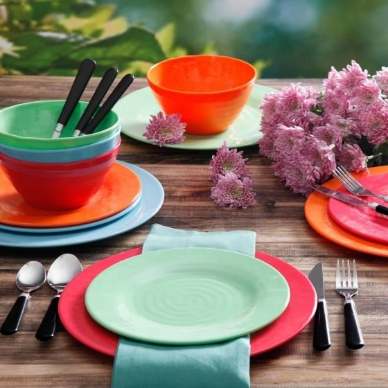 A splashy dinnerware set for meals that are anything but dreary.