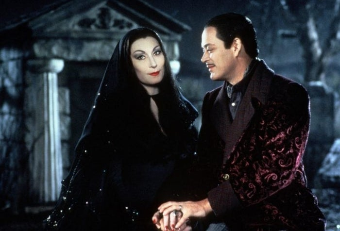 For the sake of this post I'm going to be focusing on their portrayals by Anjelica Huston and Raúl Juliá in the early '90s adaptations, because that's the version of the couple I grew up admiring.