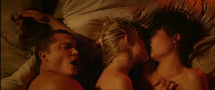 """Você quer filme com cena de sexo delícia? Então você PRECISA ver """"Love"""" e suas mais de duras horas e quinze minutos de sexo comendo solto. Exibido no Festival de Cannes, um dos mais prestigiados do cinema, este filme também tem uma história: o americano Murphy mora em Paris e tem uma relação um pouco conturbada com Electra. Eles resolvem convidar a nova vizinha para uma aventura sexual e aí é que a porca torce o rabo."""