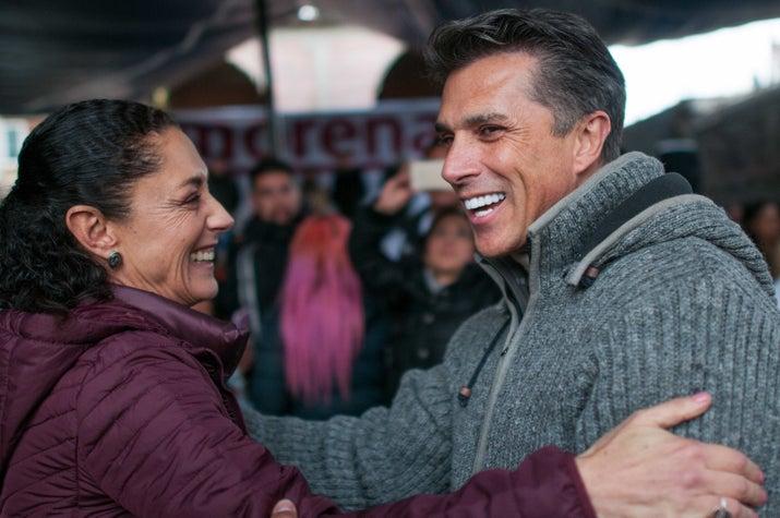 Una de las últimas telenovelas en las que participó Sergio Mayer fue Qué Bonito Amor. El candidato también ha sido bailarín y cantante de proyectos como Sólo Para Mujeres y Garibaldi.