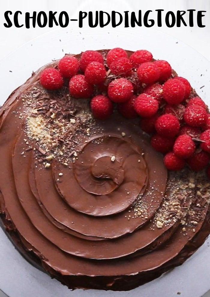 8 PortionenZUTATEN435 g (1 1/2 Tassen) Schokoladen-Haselnuss-Creme, aufgewärmt24 Graham Cracker (alternativ auch Leibniz-Kekse), halbiert2 Packungen Instant-Schokoladenpudding945 ml (4 Tassen) Milch225 g (8 oz) Frischkäse100 g (1/2 Tasse) Zucker1 Teelöffel Vanille85 g (1/2 Tasse) Schokolade, geschmolzen230 g (2 Tassen) Schokoladenglasur Himbeere, zur Verzierung Graham-Cracker-Krümel (alternativ Leibniz-Kekse), zur Verzierung Schokoladenraspeln, zur Verzierung