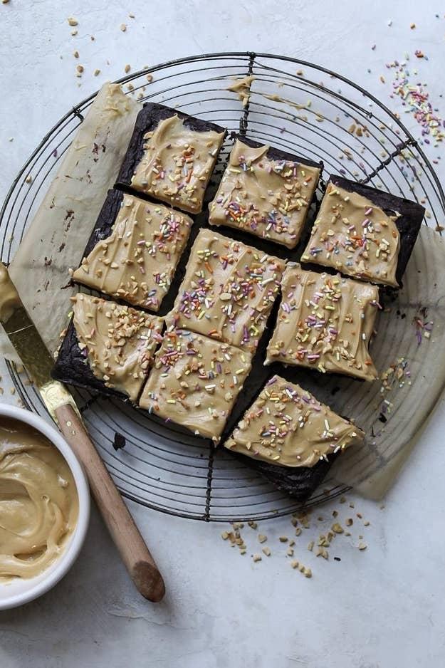 Brownie de alubias negras con patata dulce y virutas por encima