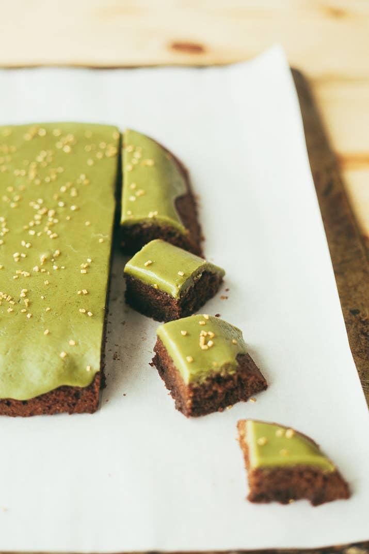 Brownies en miniatura con glaseado de matcha