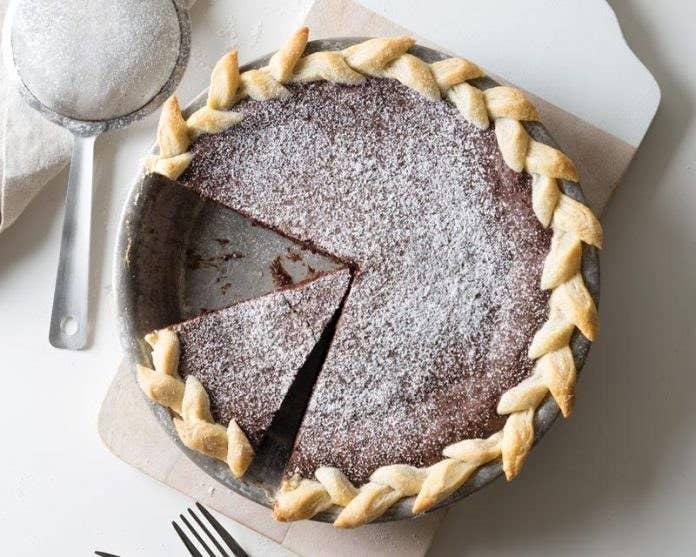 Este humilde pastel está enriquecido con pimienta de Cayena para darle un toque picante que se combina perfectamente con el relleno de chocolate. Mira la receta aquí.