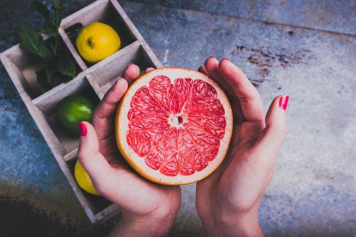 Cuando, en lugar de comer la fruta directamente, tomamos jugos, perdemos las fibras y la mayoría de nutrientes que son los que se encuentran en su pulpa y piel.