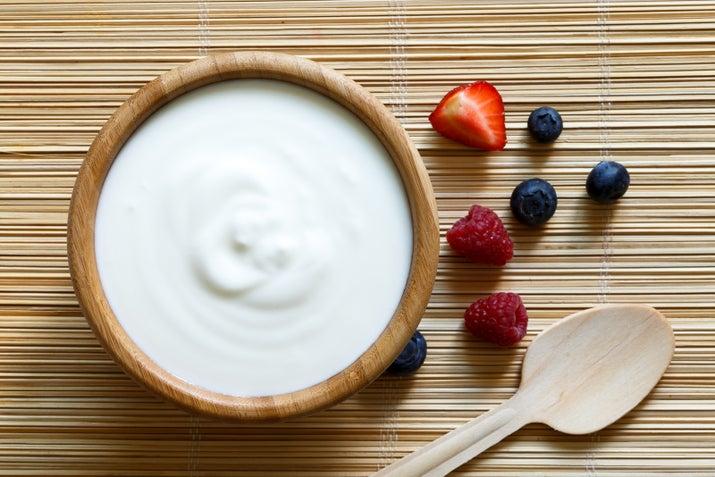 Los yogures saborizados contienen muchísima más azúcar, calorías, y colorantes. En cambio, el yogurt plano, como no busca impresionar a nadie, es la opción más saludable, con menos ingredientes y mucha menos azúcar.Si quieres darle un toque dulce, agrégale miel, granola o frutas picaditas. Tu cuerpo te lo agradecerá.