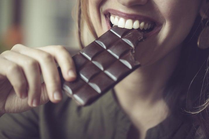 El chocolate negro, a diferencia del chocolate de leche, cuenta con mayor cantidad de cacao puro, tiene menos grasa, y lo mejor es que está cargado de nutrientes que benefician a tu cuerpo. Asegúrate de consumir moderadamente solo aquellos que contengan más de 65% de cacao.