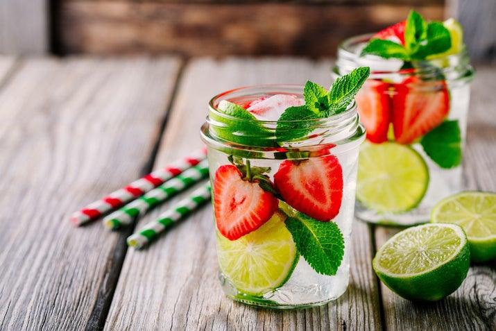 Esta es la forma ganadora de darle un giro a tus bebidas, pues estarás tomando agua (que es algo necesario en tu día a día), consumiendo frutas, y mejorando el sabor del líquido.