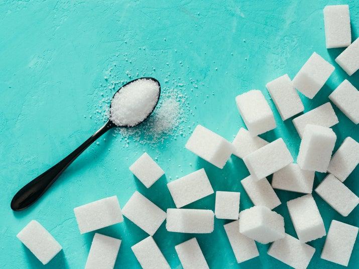 ¿Estás haciendo un pastel y la receta te dice que le eches 8 cucharadas de azúcar? ¿Qué tal si le echamos 4? Al final le puedes agregar frutitas con topping si crees que le falta un toque de sabor.