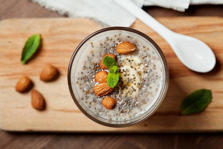 """Son altas en Omega-3, fibra, antioxidante, calcio y proteínas. Además, cada semillita se expande cuando las comes, es decir, te sentirás más satisfecho/a al comerlas y no tendrás necesidad de ir por """"el postrecito"""". Incluso se las puedes echar a un vaso con agua."""