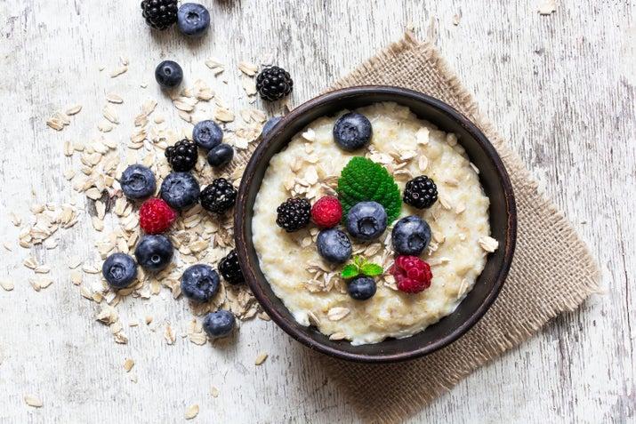 La granola suena hippie y súper natural, y sí, es beneficiosa, pues es un alimento alto en fibra y hierro. Sin embargo, también trae endulzantes y muchas calorías. Hay otros alimentos que puedes probar y que resultan indudablemente más beneficiosos, como la avena, que por cierto, se encuentra entre los ingredientes de la granola.