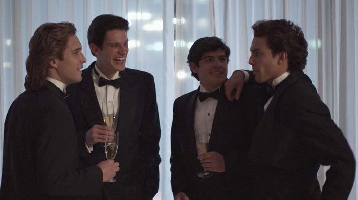 """El grupo de amigos incluye a Miguel Alemán, El Burro y Roberto Palazuelos, que lleva la noticia directamente a los oídos del Sol. """"El Moro"""" es Alejandro González Iñárritu."""