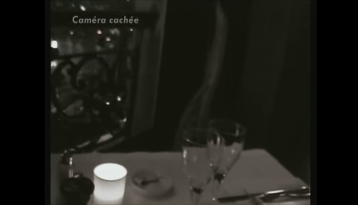 Le documentaire se déroule notamment dans un grand restaurant qui trie ses clients, à 1h32 sur cette vidéo.