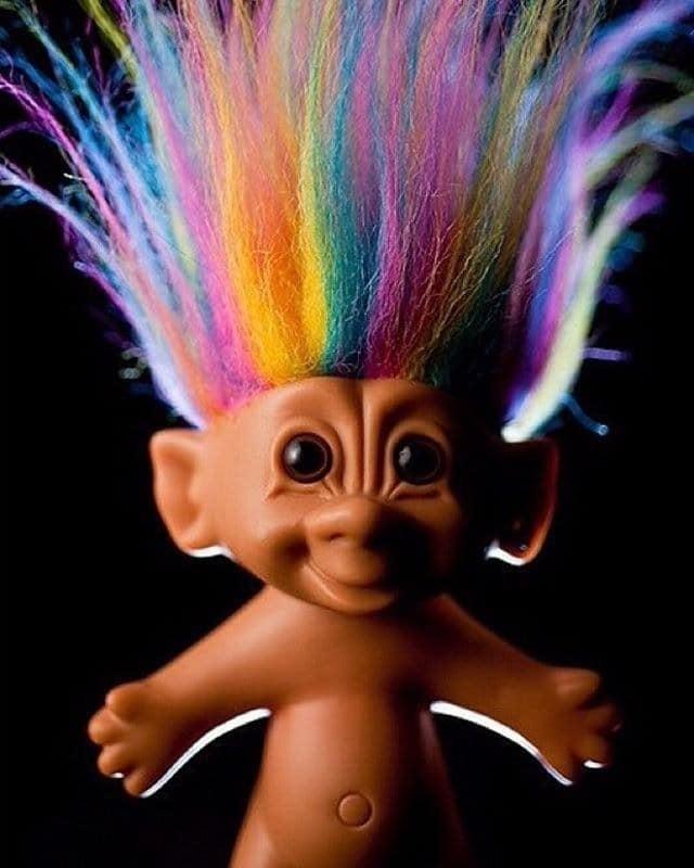 Alle anderen: Jemand, der dir online mit Absicht auf die Nerven geht.90er-Kinder: Kleine Puppen mit langen, knallbunten Haaren.