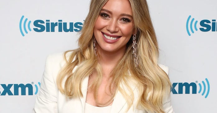 """Hilary Duff Called Out Her """"Asshole Neighbor"""" For Smoking Cigarettes And Weed"""