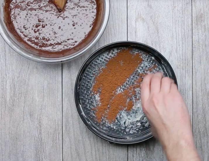 cubrir molde con polvo de cacao