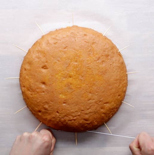 Para cortar un pastel de manera pareja en dos, marque la mitad del camino con palillos de dientes y corte suavemente con hilo dental sin sabor.