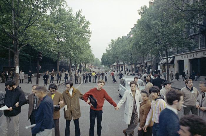 Les Parisiens forment une chaîne humaine dans le Quartier Latin, bloquant une voie de circulation, le 25 mai 1968, à la suite des émeutes d'étudiants de la nuit précédente.