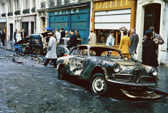 Les carcasses de véhicules incendiés sont éparpillées dans les rues du Quartier latin à Paris, le 11 mai 1968.