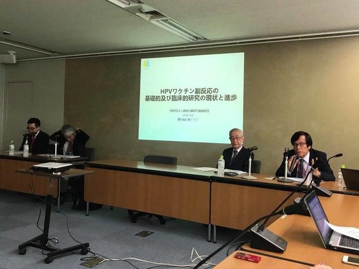 厚生労働省で記者会見する西岡久寿樹氏(右)ら。