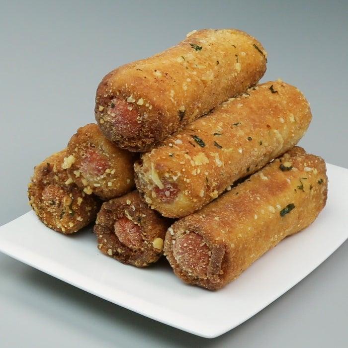 Você vai precisar de:Pão de formaRequeijãoQueijoSalsicha hot dog1 xícara de farinha de rosca1/2 xícara de queijo parmesão1 colher de sopa de salsinhaÓleo, para fritarModo de preparo:Com um rolo, amasse o pão de forma e espalhe requeijão. Coloque uma fatia de queijo e uma enrole o pão em uma salsicha de hot dog. Embrulhe em papel alumínio e leve para geladeira por 15 minutos.Misture farinha de rosca, queijo parmesão e a salsinha.Passe o hot dog nos ovos batidos e na mistura de farinha de rosca, depois frite em óleo quente até dourar. Deixe secar em folhas de papel toalha e sirva!