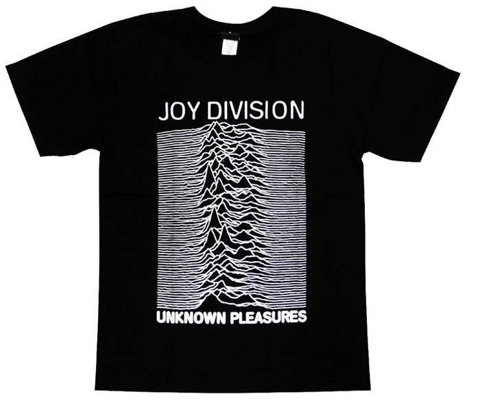 70年代のポストパンクバンド ジョイ・ディヴィジョンのアルバムアートTシャツ。一見山脈のように見えますが、無線パルスの波形をそのまま転用したそうです。