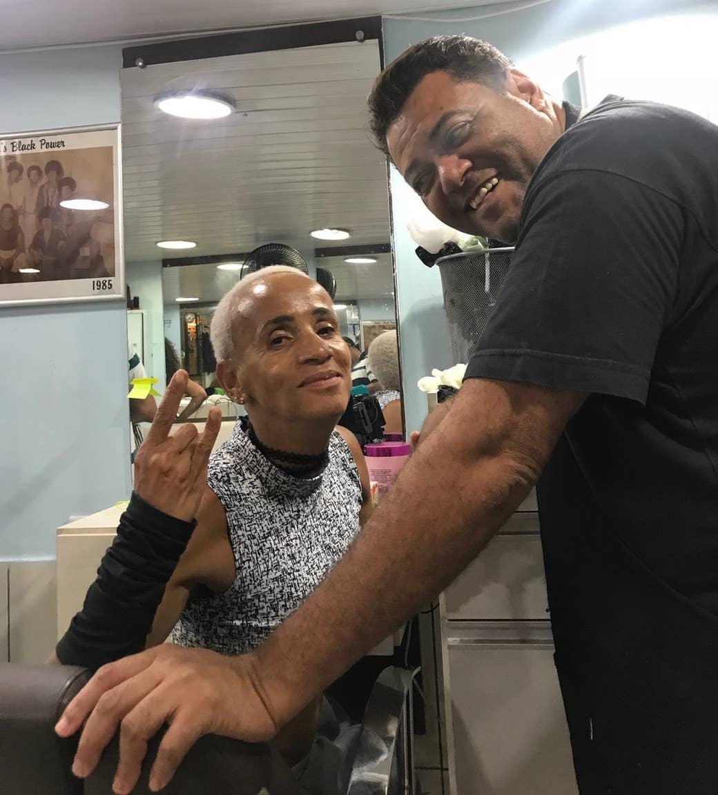 Na Galeria do Rock, com o cabeleireiro que tingiu seu cabelo.